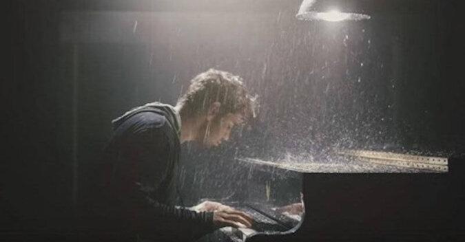Ten młody pianista zrobił furorę w sieci. Jego interpretacja słynnej piosenki nie pozostawi obojętnym
