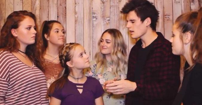 """Siostry słuchają brata śpiewającego """"I won't give up"""". Chwle póznej dołączają do niego. Niesamowite"""