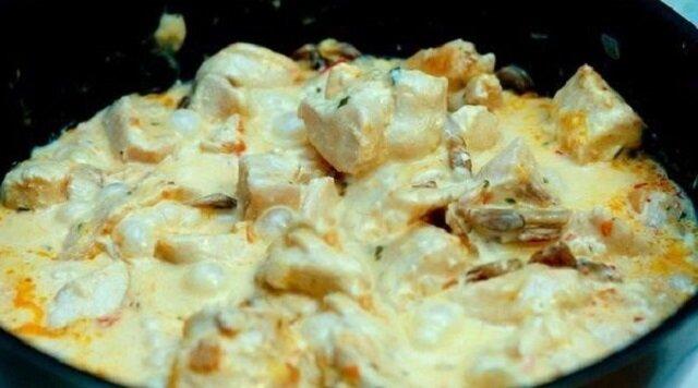 Filet z kurczaka w sosie serowym. Rozpływa się w ustach