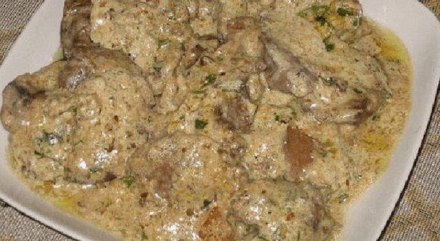 Tak pyszne danie zjedzą wszyscy: wątróbka w sosie orzechowym z czosnkiem