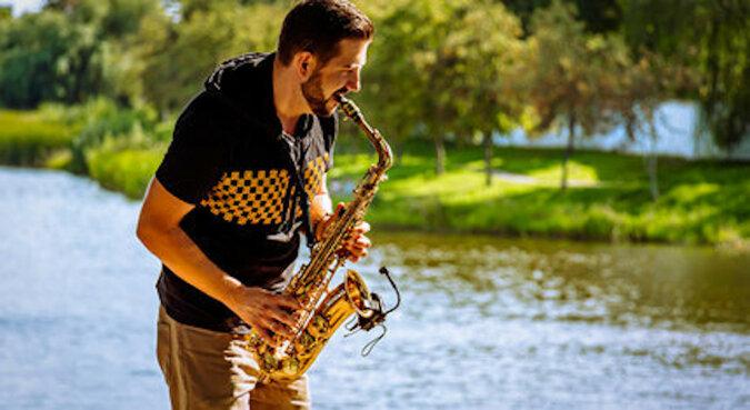 Muzyk postanowił zagrać na saksofonie w parku i zyskał niespodziewanego słuchacza