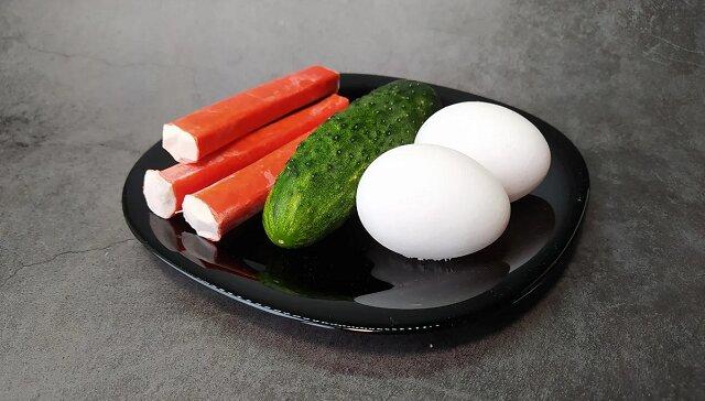 Oryginalna przekąska w stylu japońskim z ogórków, jajek i paluszków krabowych