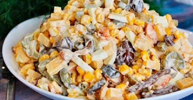 Sałatka ze smażonymi grzybami i kurczakiem. To danie będzie idealną ozdobą każdego świątecznego stołu