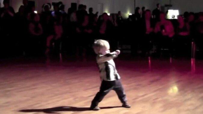 Zobacz jak 2-latek kradnie show swoim tańcem. Pokazał że ma niesamowite wyczucie rytmu i talent do tańca