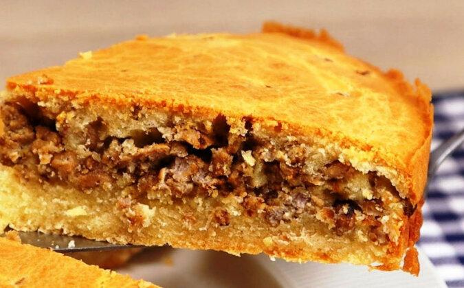 Aby przygotować to niesamowite ciasto należy połączyć śmietanę z kilkoma jajami oraz kawałkiem mięsa. Pycha