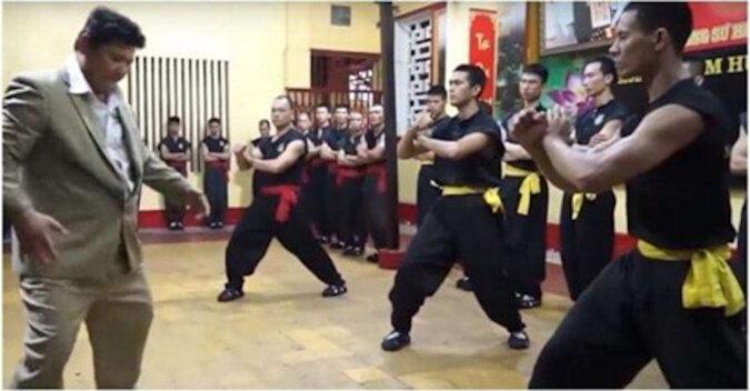 Mistrz walki na odległość demonstruje swoje umiejętności