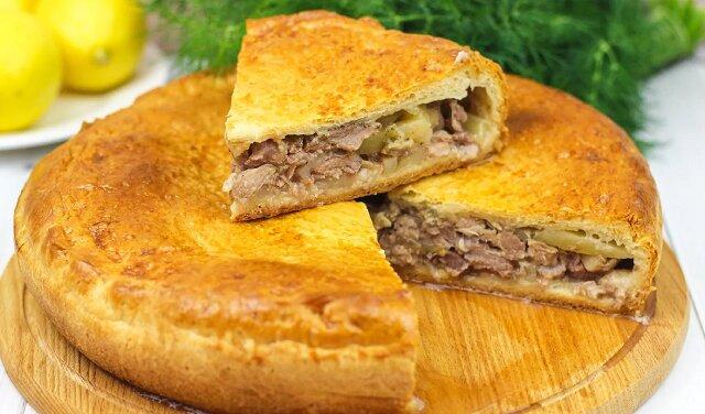 Pyszna zapiekanka z mięsem i ziemniakami w piekarniku. Jest bardzo smaczna i sycąca
