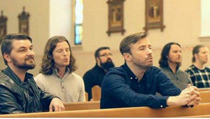 6 mężczyzn zaczyna śpiewać w pustym kościele. Posłuchaj ich czarujące głosy