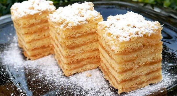 Kruche ciasto z jabłkami. Jego piękny i słodki aromat powoduje, że sąsiedzi Ci będą zazdrościli
