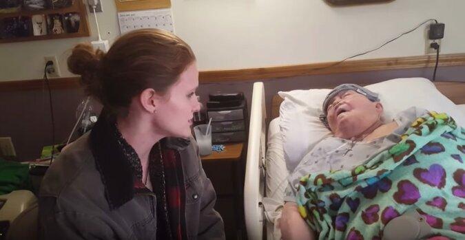 Pielęgniarka wkrada się do sali pacjenta, a chwilę później kamera rejestruje jej piękny gest