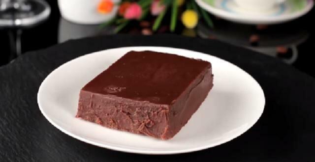 Jest tak pyszne, że goście będą błagać o przepis. Ekspresowe ciasto bez pieczenia ma tylko 2 składniki, a smakuje fenomenalnie