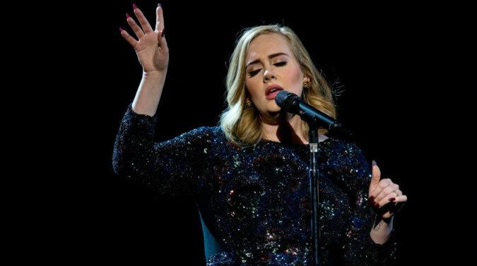 Adele pojawiła się przed kamerą w eleganckim stroju i potwierdziła dawne plotki