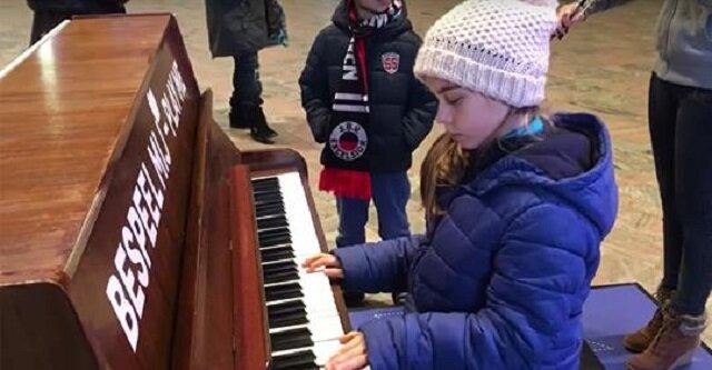"""9-latka gra utwór """"Hallelujah"""" na dworcu kolejowym, gdy dołącza do niej siostra, zapiera dech w piersiach"""