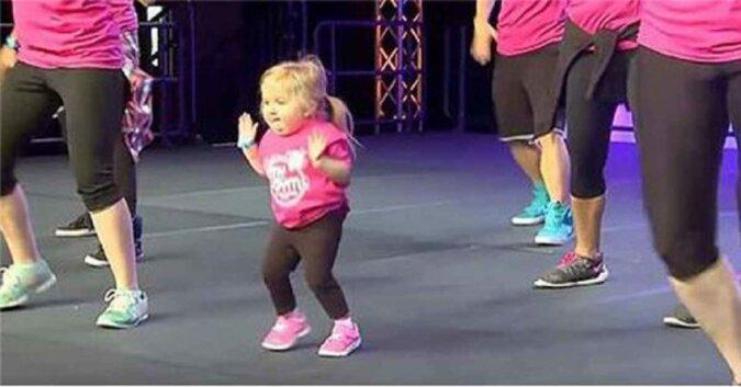 Dziewczyna z rzadkimi schorzeniami szpiku kostnego, wchodzi na scenę i kradnie show tańcząc Zumbę