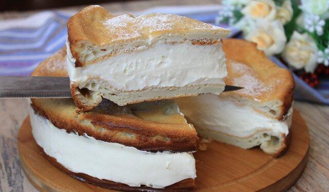 """Piekę ciasto """"Karpatka"""": jest jeszcze szybsze i łatwiejsze niż pieczenie naleśników"""