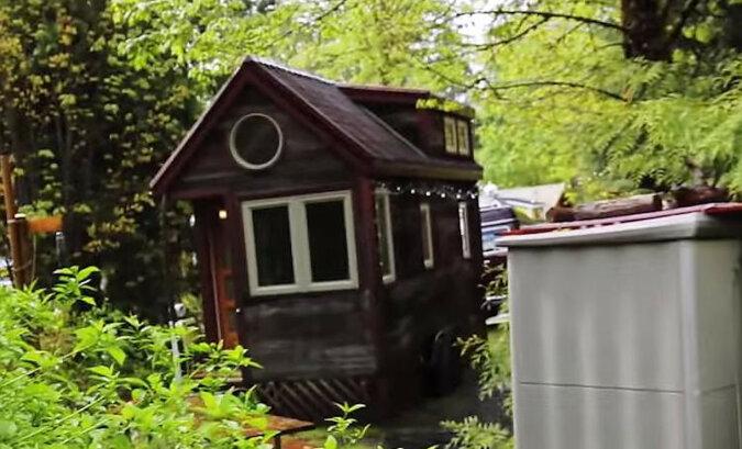 Kobieta mieszka w bardzo miniaturowym domu, ale w środku jest bardzo przytulnie