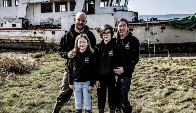 Rodzina kupiła stary statek motorowy, aby zrobić z niego dom na wodzie