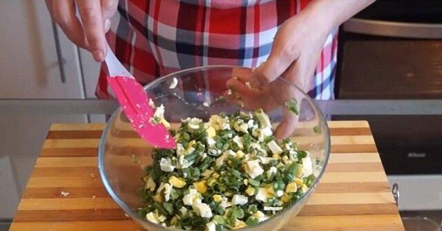 Pyszne galaretowate ciasto z piekarnika z zieloną cebulą i jajkami na kefirze. Gotuje się dość szybko i bez żadnych kłopotów