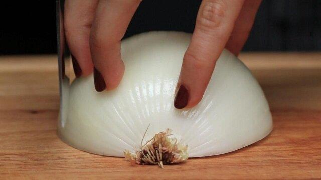 Łatwy sposób na szybkie posiekanie cebuli bez łez