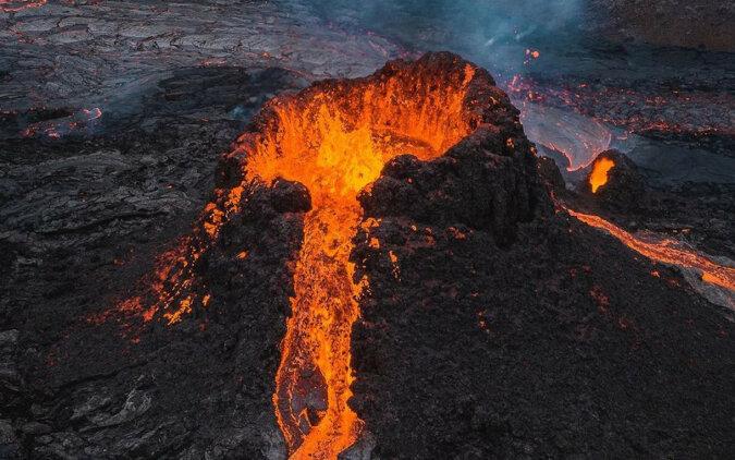 Fotograf spalił swojego drona w ujściu wybuchającego wulkanu Fagradalsfjadl, aby zrobić niesamowite zdjęcia