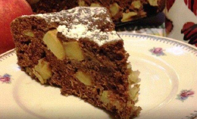 Zrobisz je w 10 minut. Najlepszy przepis na czekoladowe ciasto z jabłkami