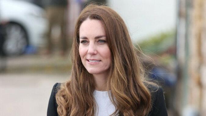 """Kate Middleton zachwyciła fanów złotą kreacją na premierze """"No Time to Die"""""""