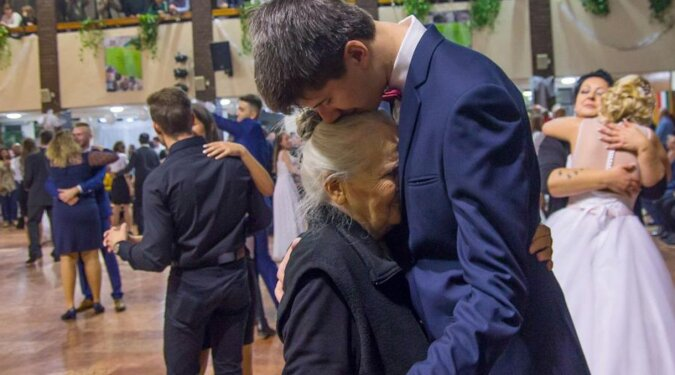 Wnuk zaprosił babcię na studniówkę, ponieważ w młodości nie miała okazji uczestniczyć
