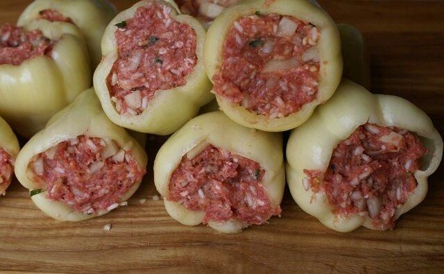 Niesamowicie smaczne nadziewane papryki w sosie pomidorowym