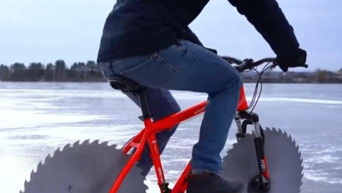 Amerykanin zmontował rower z piłami zamiast kół. Wideo
