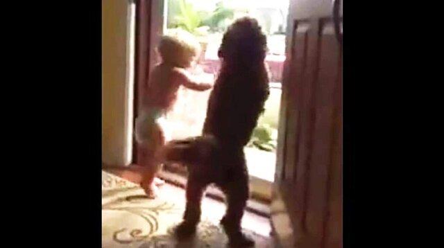 Urocze dziecko i pies wspólnie cieszą się, gdy tata wraca do domu. Zobacz jakie to jest słodkie