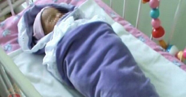 Kobieta znalazła noworodka w środku lasu. Lekarz stwierdza, że dziecko jest zdrowe, ale w kocyku zauważa