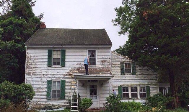Sąsiedzi zebrali się i odnowili dom emerytki. Zobacz co z tego wyszło