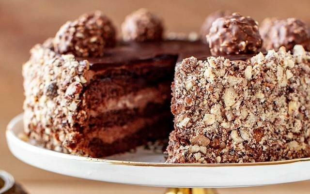 Tort Ferrero Rocher. Pyszny i idealny na każdą okazję