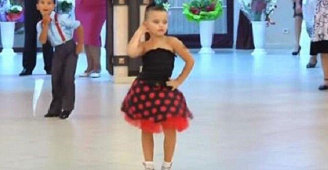Dziewczynka wchodzi na parkiet podczas wesela i robi show, ale spójrz tylko co wyczynia chłopczyk tańczący za nią