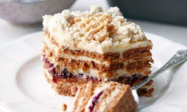Ciasto chałwowiec na herbatnikach przełożone masą chałwową i dżemem porzeczkowym. Bez pieczenia