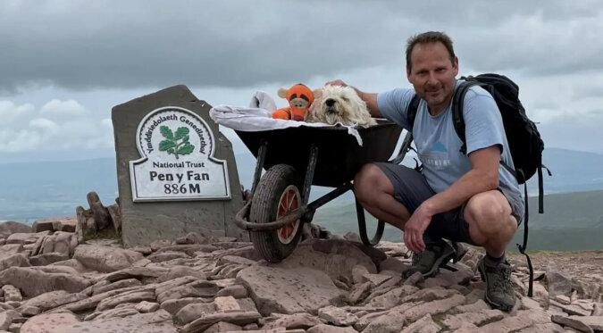 Mężczyzna zorganizował swojemu choremu zwierzakowi ostatni spacer po jego ulubionej trasie
