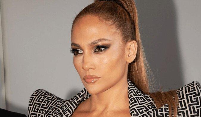 """""""W wieku 51 lat wygląda lepiej niż w 30"""" – Lopez w odważnym świątecznym stroju zrobiła furorę"""