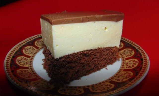 """Ciasto z serków waniliowych. Puszysty biszkopt, przykryty smakowitym """"ptasim mleczkiem"""""""