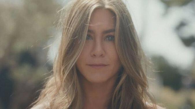 Jennifer Aniston pochwaliła się szczupłą sylwetką w reklamie własnej firmy – wideo
