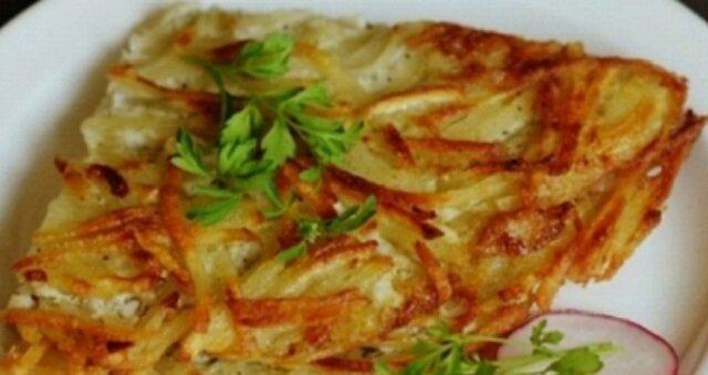 Chrupiący omlet z ziemniakami w 10 minut. To doskonałe danie na śniadanie
