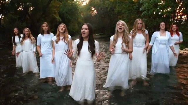 """Kobiety śpiewają """"Amazing Grace"""". Ich głosy akapella są niewiarygodnie piękne"""