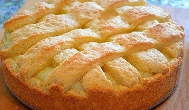 Szarlotka z kremem. Ciasto wychodzi smaczne i delikatne