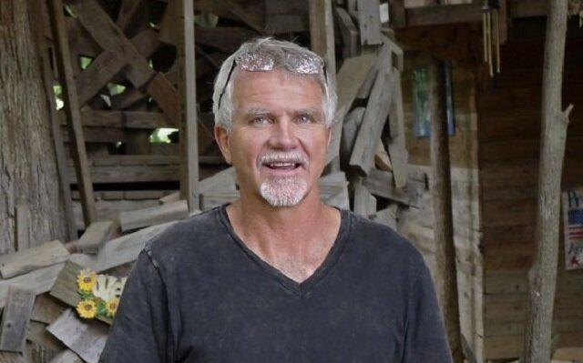 Mężczyzna zbudował 10-piętrowy dom z 80 pokojami na sześciu drzewach