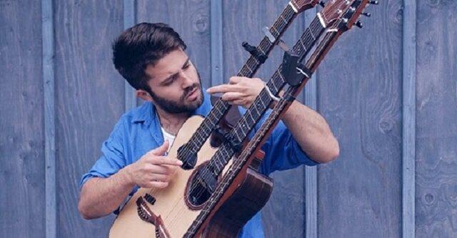 """Piękny cover """"With or Without"""" wykonywany na potrójnej gitarze akustycznej"""