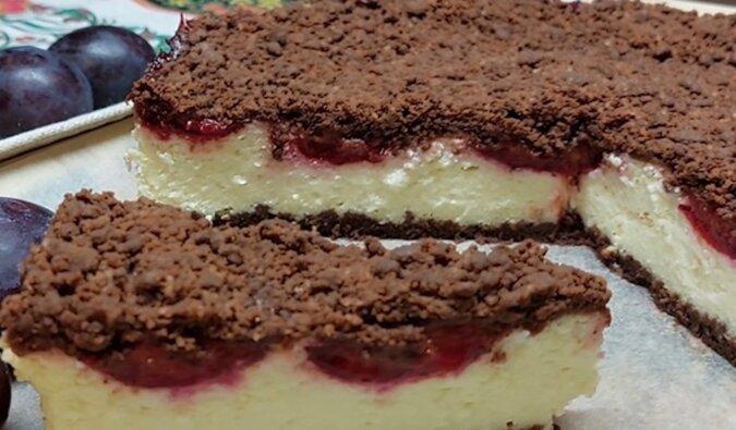Przepyszne czekoladowo-twarogowe ciasto ze śliwkami: kruche i chrupiące