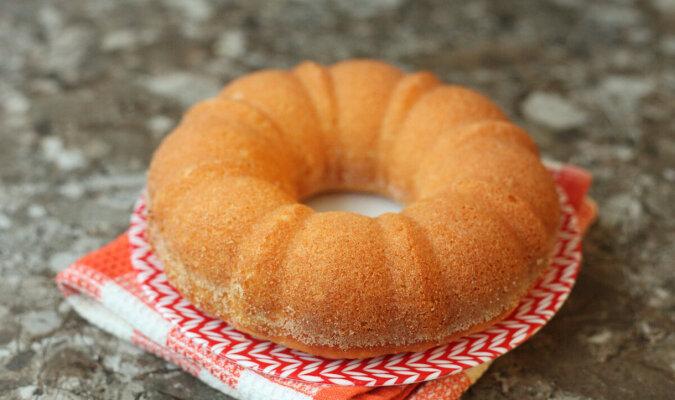 Biorę kefir, kaszę mannę i piekę najbardziej budżetowe ciasto: nie potrzebne są jajka, mąka i masło