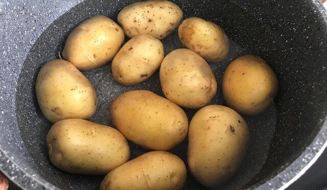 W ten sposób moi rodzice lubią gotować młode ziemniaki. Sycąco i co najważniejsze bardzo smacznie