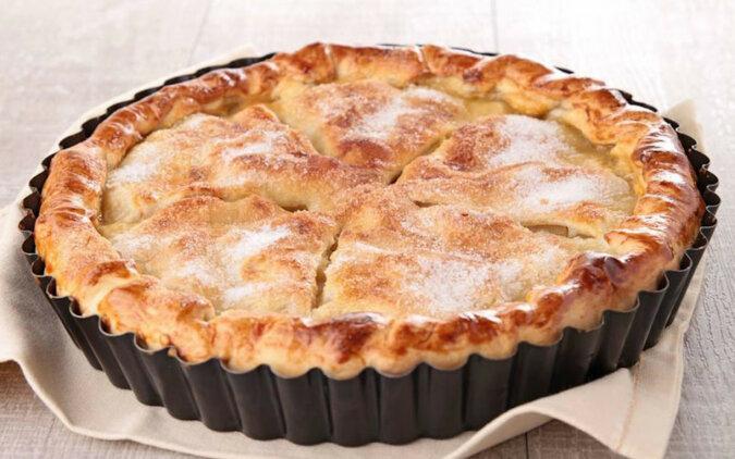 Amerykańska szarlotka. Cienki spód z kruchego ciasta i soczyste nadzienie jabłkowe