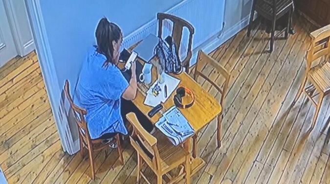 Barmanka myślała, że wariuje, gdy krzesło obok niej samo się przesunęło. Wideo