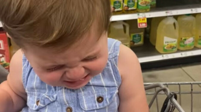 Co za talent: dziewczyna próbuje naśladować płacz, aby rozczulić ojca i dostać coś słodkiego. Wideo